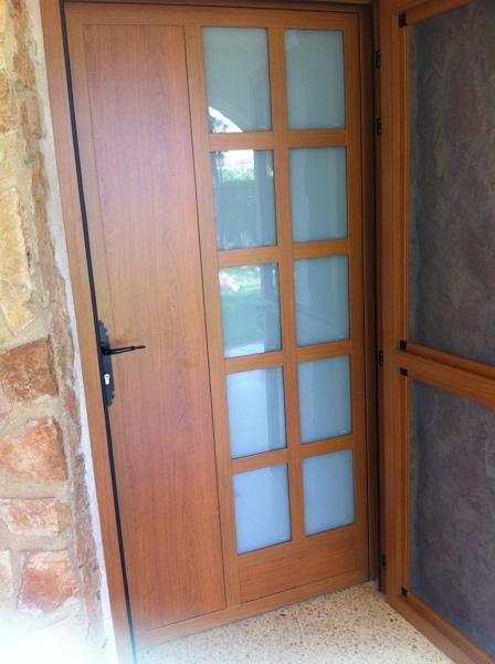 Foto puerta entrada vivienda de aluminio y cristal con - Puertas de aluminio con cristal ...