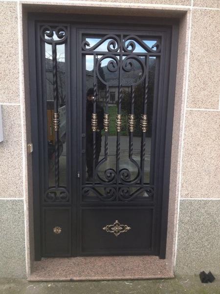 Foto puerta forja aluminio de carpinteria cardas 736736 habitissimo - Puertas forja exterior ...