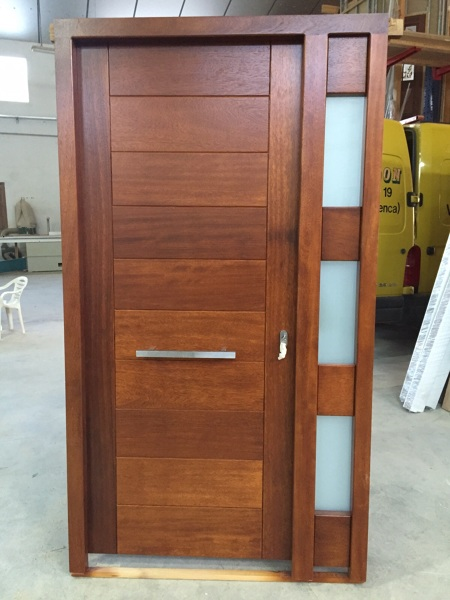 Foto puerta moderna en madera natural de bordon 1086698 for Modelos de puertas de madera para frente