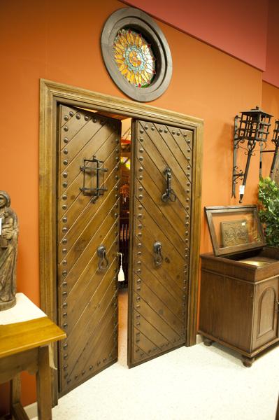 Foto puerta r stica de dos hojas con duelas en forma de for Suelos laminados en forma de espiga