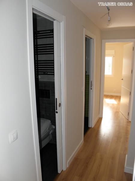 Foto puertas correderas con armaz n cassoneto en cuartos de ba o por traber obras sl de - Puerta corredera bano ...