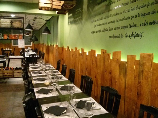 Revestimientos de madera en el restaurante Lo Safareig de Tortosa (Tarragona)