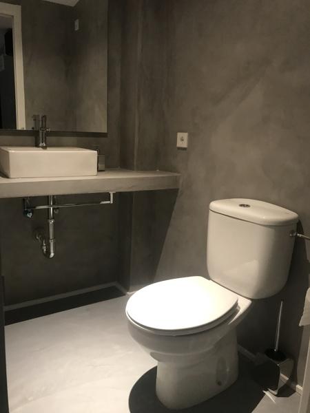 Foto revstimiento de paredes y encimera de ba o con - Encimeras de microcemento ...