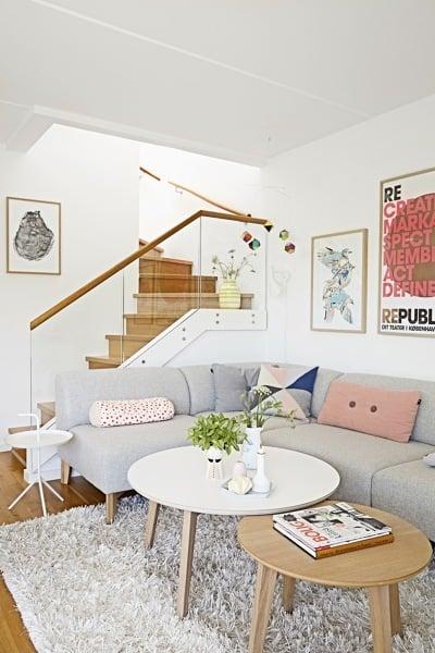 Foto sal n con vistas a la escalera de decoratualma for Casa moderna blanca