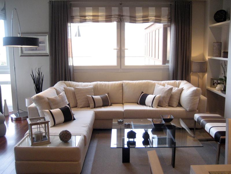 Foto sal n moderno de salonica decoraci n 221414 for Salones mezcla clasico moderno