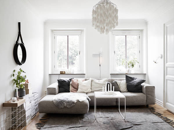 salón nórdico en blanco y sofá gris