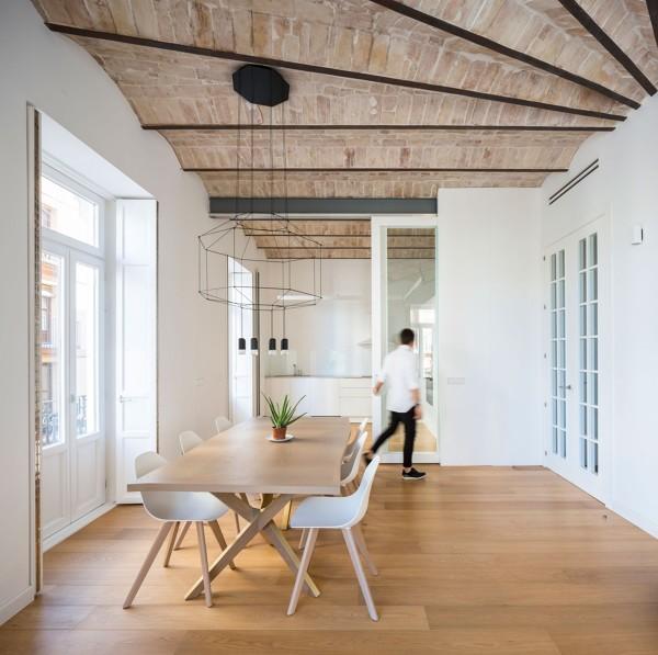 Foto sal nen amplios de techos altos de lola mulledy for Techos economicos para viviendas