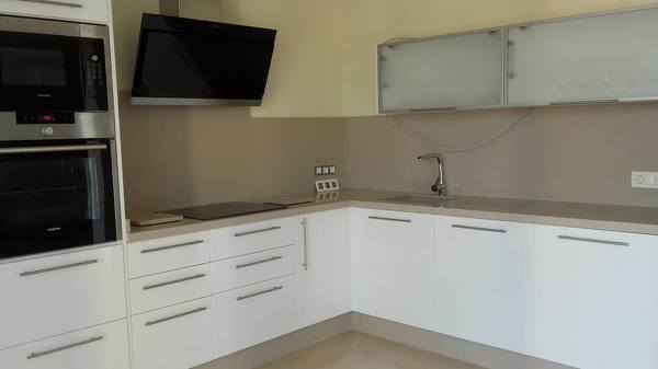 Foto silestone unsui cocina con puertas blancas mate de - Cocinas color blanco roto ...
