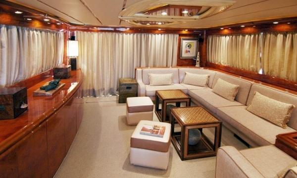 Foto sof rinconera interior de un yate de tapizados for Interior yates de lujo