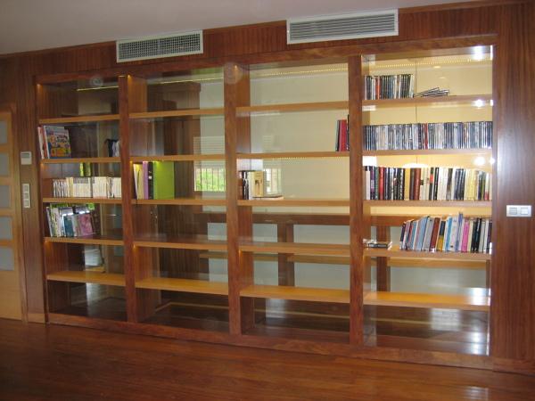 Foto tarima y mueble libreria de pavyparquet andaluc a - Iluminacion interior armarios ...