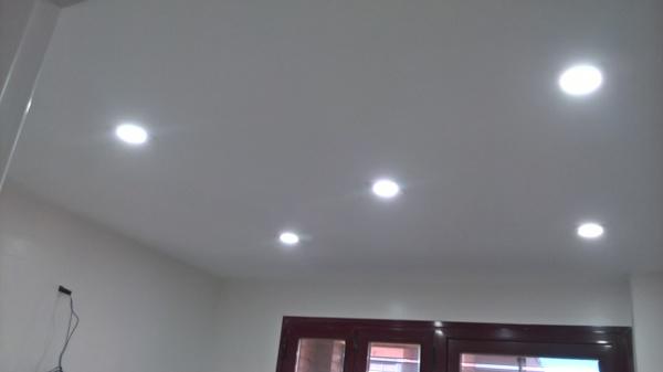 Foto techo de escaola con instalacion de focos led de - Focos empotrados techo ...