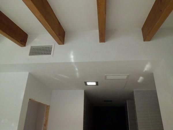 Foto techo vigas madera de goles sl gesti n de obras - Lamparas para techos con vigas de madera ...