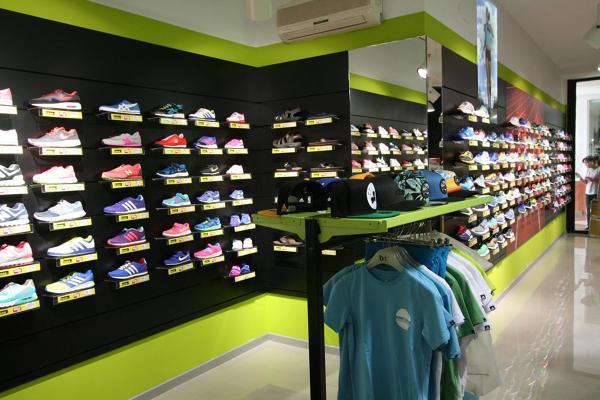 78bfb3a299a65 Foto  Tienda Base Deportes de Diaz Cano Interior Design  874605 ...