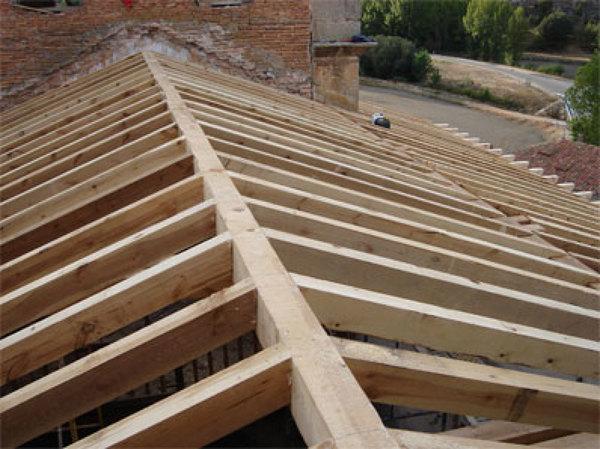 Foto tirantes de techo de madera de reformas lercos for Crear una cubierta de madera
