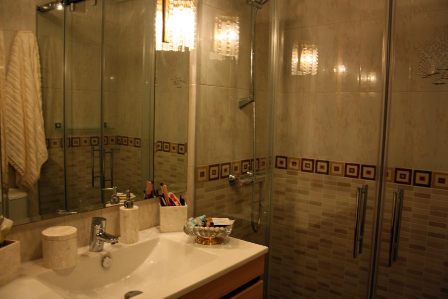 Foto tonos beige con cenefa ceramica de sannicola 301244 for Salle de bain 5m2 avec douche italienne