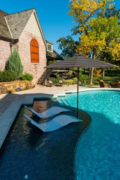 Foto tumbonas piscina de miriam mart 1482824 habitissimo - Tumbonas para piscina ...