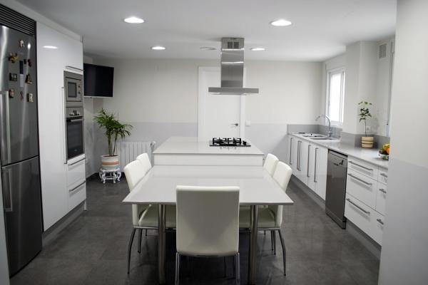 Foto una isla en la cocina de obra y gesti n 481791 for Cocina tipo isla