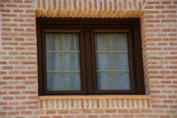 foto ventana de pvc de 70 color nogal oscilobatiente de