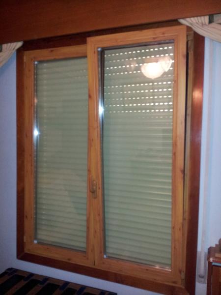 Foto ventana lacado madera oscilobatiente 2 hojas de for Colores ventanas aluminio lacado
