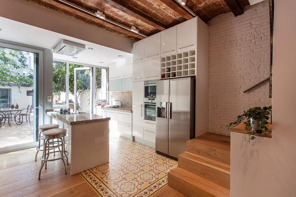 Foto vista parcial de la escalera cocina y patio for Escalera cocina