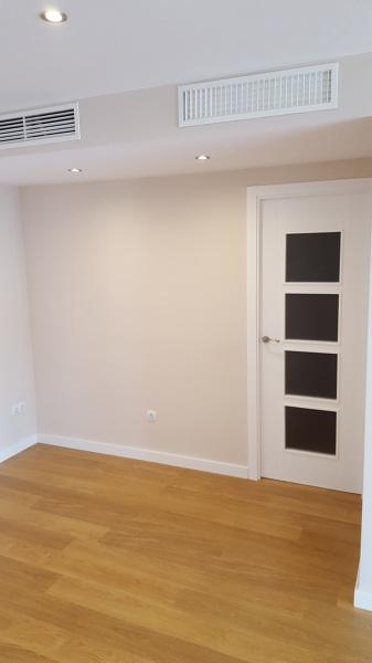 Foto vista salon rejillas de impulsion y retorno de aire for Rejillas aire acondicionado regulables