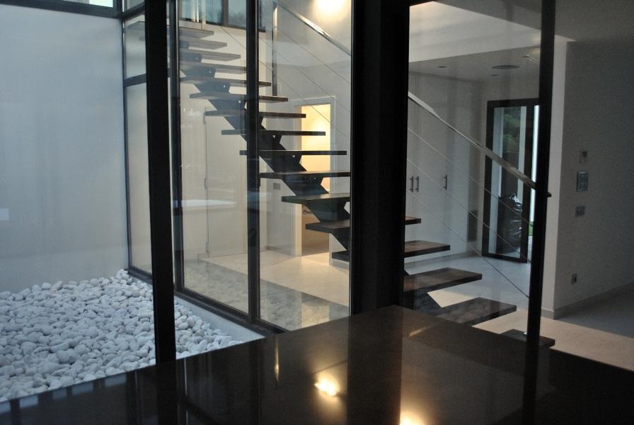 Foto vivienda unifamiliar patio interior de sans for Casas con patio interior