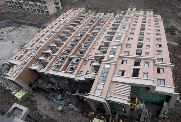 wsj_shanghai_building_collapses_nearly_intact_01_090629_small