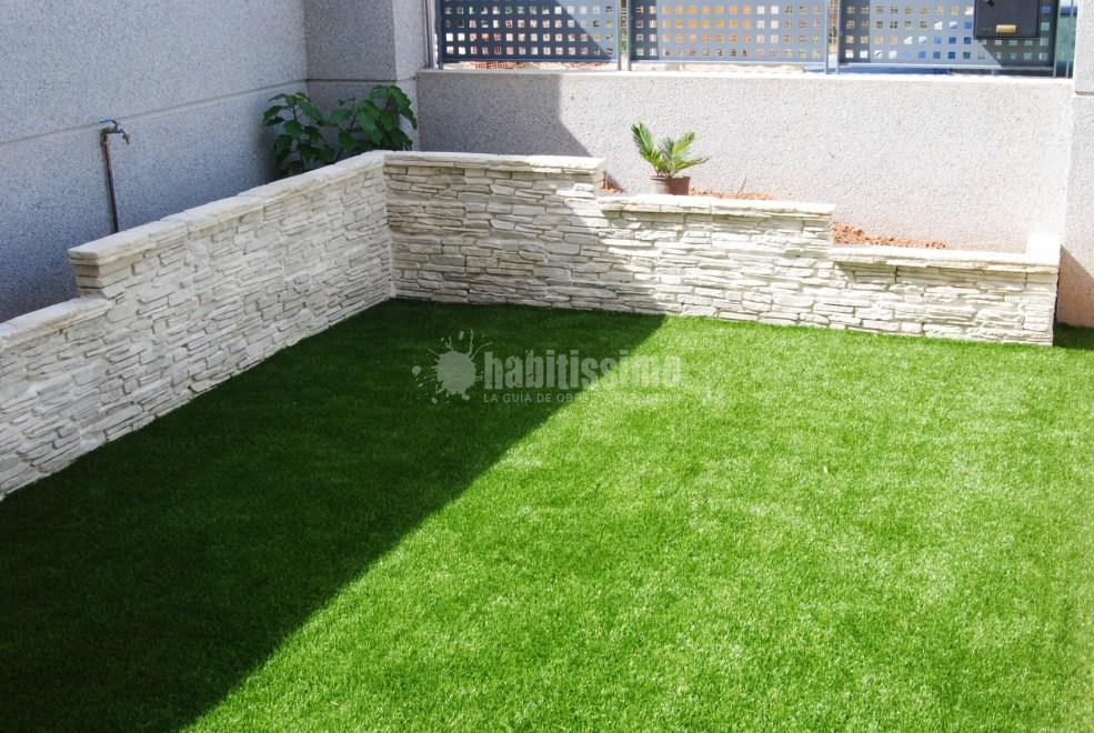 Instalaci n de c sped artificial y creaci n de jardinera - Jardineras de obra exterior ...