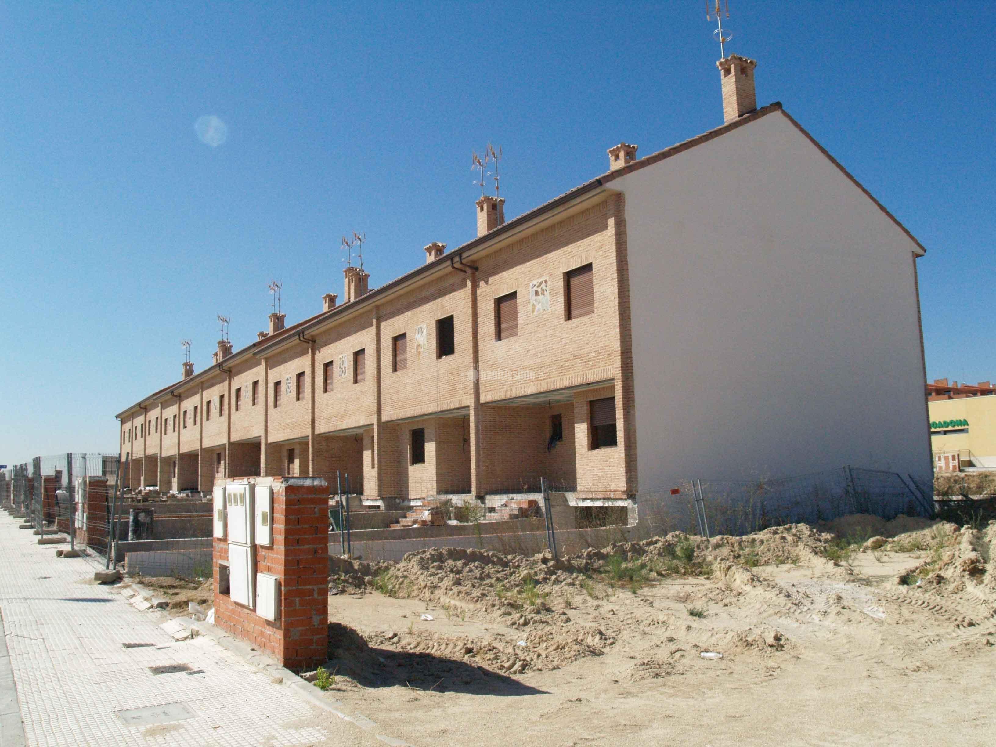 12 viviendas unifamiliares adosadas ideas construcci n casas for Piscina cubierta navalcarnero