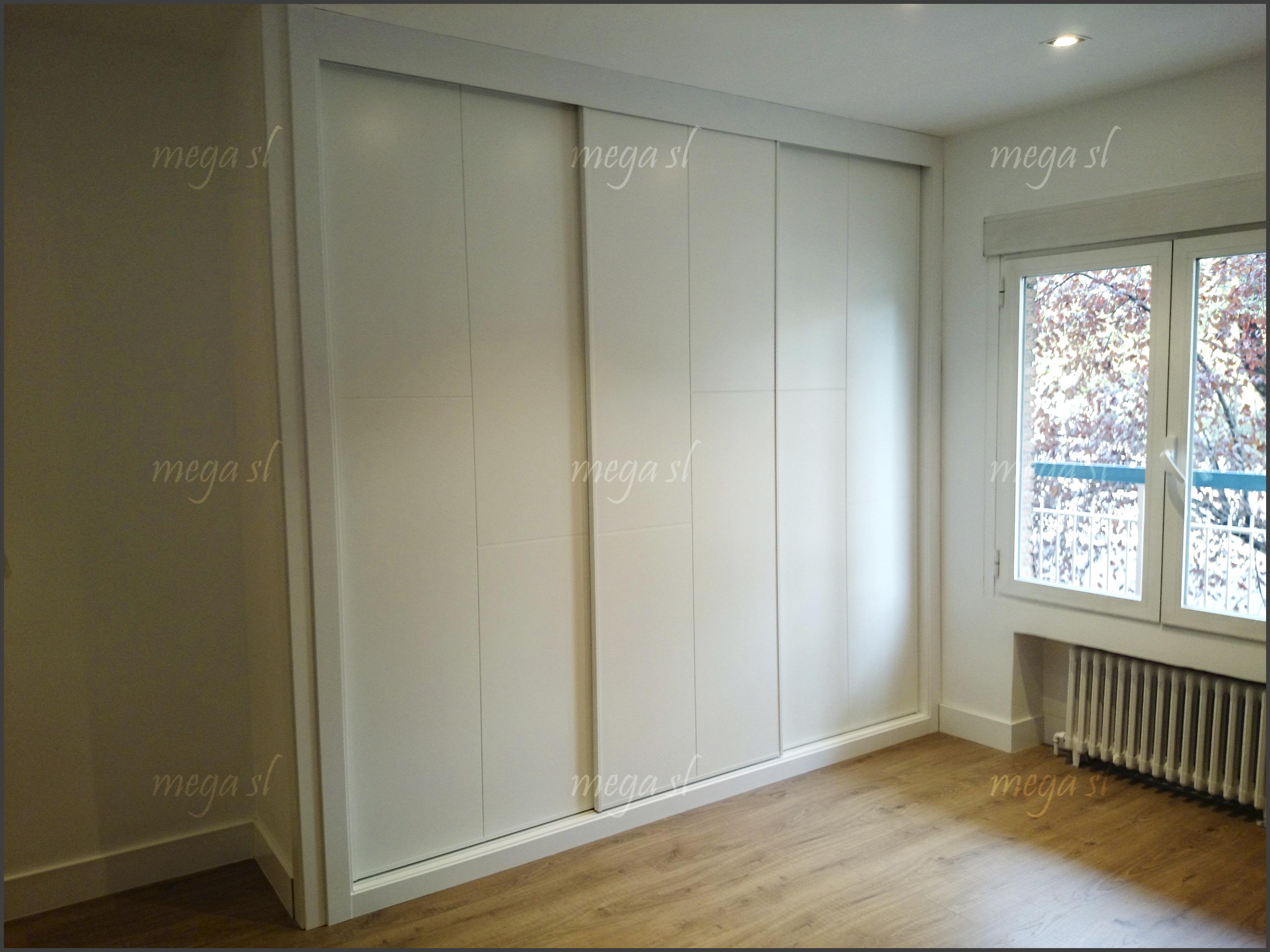 Frente de armario lacado en blanco fresado de puertas - Frente armario empotrado ...
