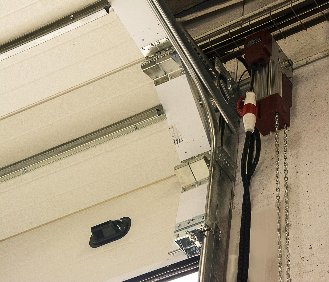 Montaje de una puerta seccional industrial teckendoor s l puertas garaje en la canonja - Montaje de puertas ...
