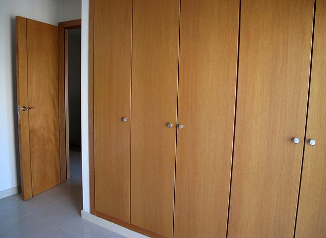 montar el interior de armario empotrado con baldas y cajoneras para guardar la ropa es la tarea que os proponemos en bricomania armario empotrado armarios