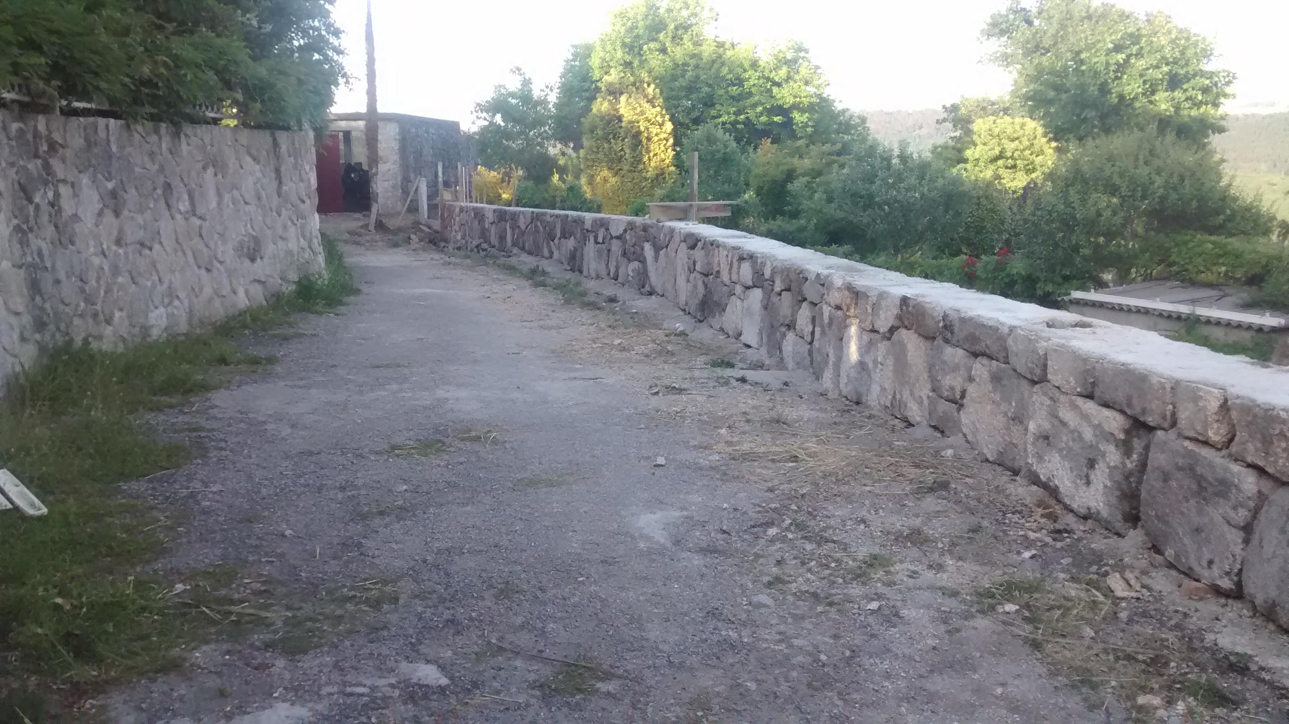 Muro de piedra de mamposter a para cierre de finca en - Muros de piedra construccion ...