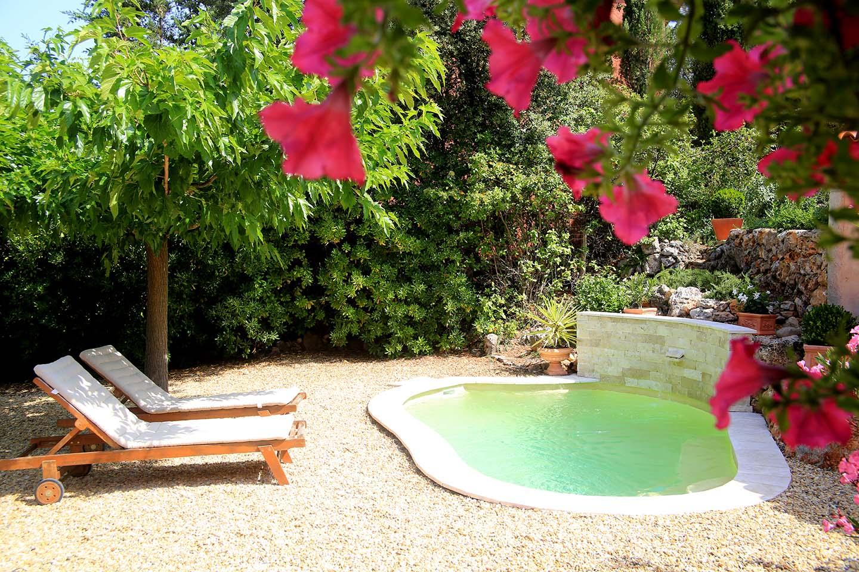 Habitissimo; Autor: Etiquetas: Terraza · Rústico · Decoración Exterior ·  Terraza Y Jardín · Piscinas Pequeñas · Tumbonas Blancas · Tumbonas Madera ·  Acerado ...