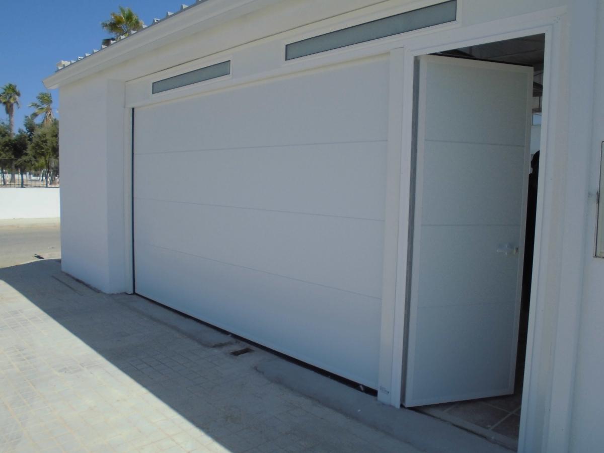 Puerta seccional con puerta de servicio adosada y falso - Puertas de servicio ...
