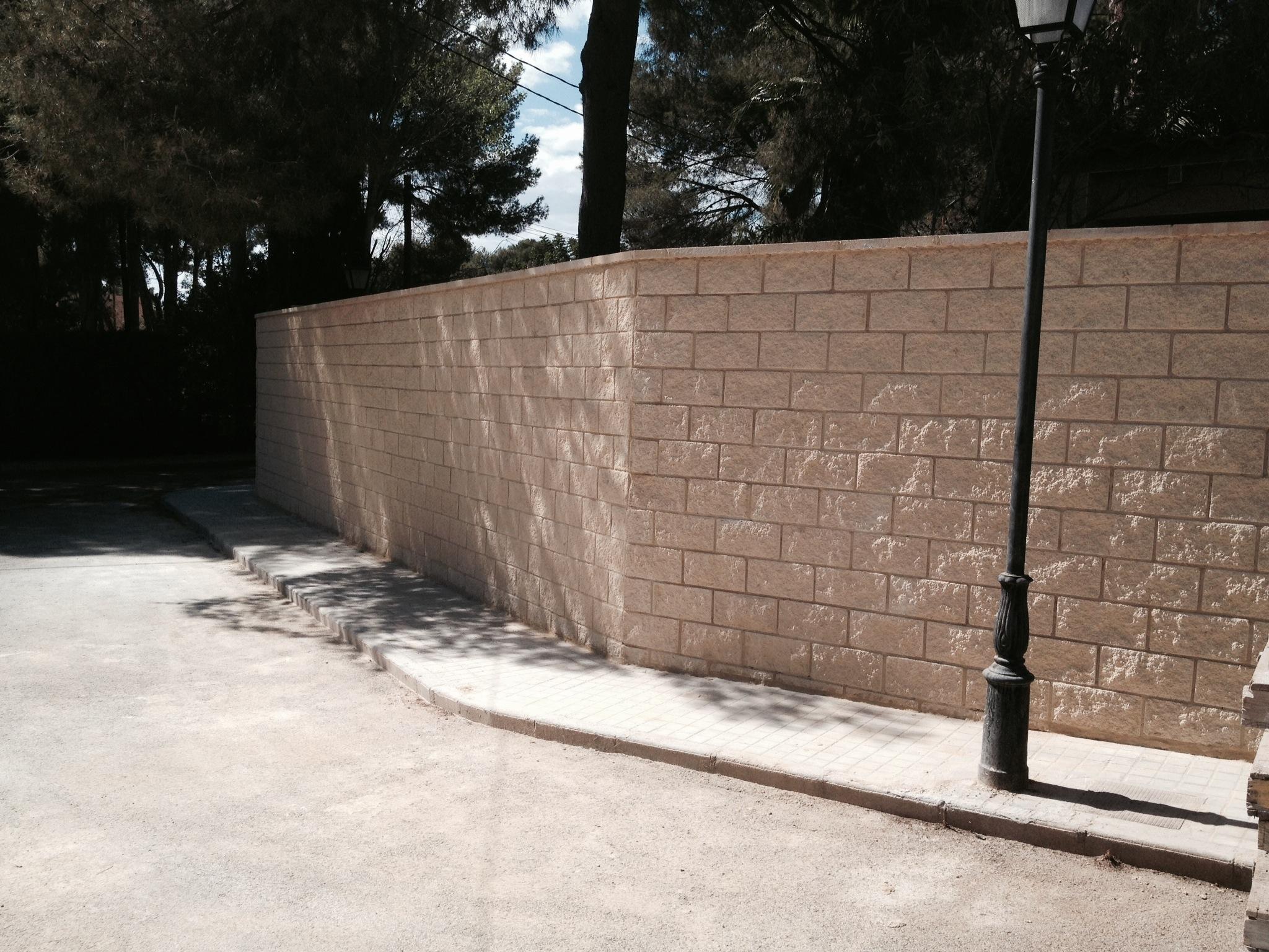 Cerramiento parcela con muro bloque visto split ideas construcci n muros - Muros de hormigon ...