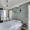 Dormitorio con pared azul
