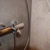 Acabados singulares en los revestimientos del baño principal.