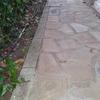 Acerado en piedra rústica con jardinera