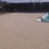 Adoquín colocado rededor de piscina en espiga