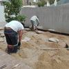 Aportando la grava para la capa de drenaje.