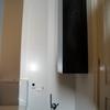Poner armario suspendido con lavabo y espejo