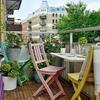 balcón con mesa en la barandilla