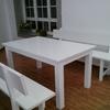 Bancos y mesa lacados en blanco