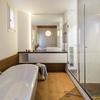 Baño con tarima de madera