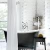 baño con bañera negra
