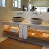 Baño con elementos de madera