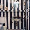 baño con rayas horizontales negras
