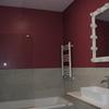 Baño dormitorio infantil lavabo de material Krion, griferia, revestimientos, bañera