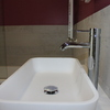Baño dormitorio infantil lavabo de material Krion, griferia, revestimientos